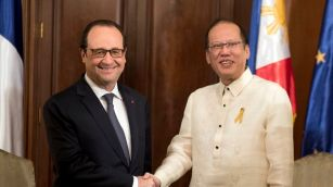 French President Francois Hollande and Philippine President Benigno Aquino shake hands during a meeting at the Malacanang Palace in Manila